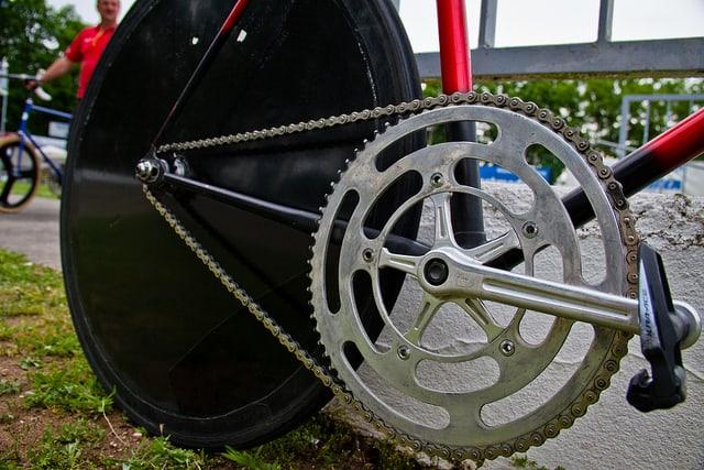 Zelo težak prenos na kolesu za velodrom. Kolesarski trening z nizko kadenco je na pisti pogost.