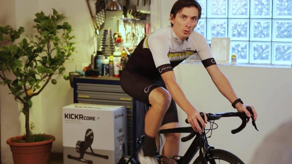 Aleksej Dolinšek trener kolesarstva med treningom na pametnem trenažerju